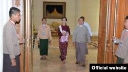 Presiden Myanmar Thein Sein (kiri) dan pemimpin demokrasi Myanmar Aung San Suu Kyi di rumah kediaman Presiden di Naypyitaw, Myanmar (Foto: dok).