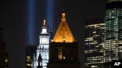 مین ہیٹن میں مرنے والے افراد کو رنگ برنگی روشنیوں کے ذریعے خراج عقیدت پیش کرنے کا منظر