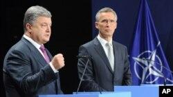 Ukraina rahbari Petro Poroshenko va NATO bosh kotibi Yens Stoltenberg Polshada NATO sammitida. 9-iyul, 2016-yil.
