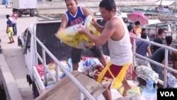 裝有土壤和肥料的包裝袋都裝載在西格爾女王號的甲板上。(視頻截圖)