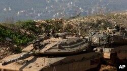 시리아와 레바논 국경과 인접한 이스라엘 북부 접경지역에서 이스라엘 군이 탱크를 몰고 있다. (자료사진)