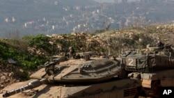 Tentara Israel tengah melakukan patroli dengan kendaraan lapis baja di dekat perbatasan Israel-Lebanon, sebelah utara Israel (Foto: dok).