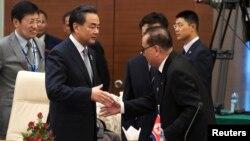 왕이 중국 외교부장(왼쪽)과 리수용 북한 외무상이 지난해 8월 미얀마 수도 네피도에서 열린 아세안지역안보포럼(ARF)에서 만나 악수하고 있다. (자료사진)