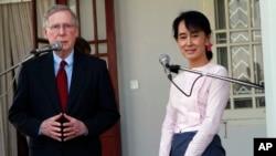 မွတ္တမ္းဓါတ္ပံု- ၂၀၁၂ ဇန္န၀ါရီတုန္းက အေမရိကန္ အထက္လႊတ္ေတာ္ လူမ်ားစုေခါင္းေဆာင္ ရီပါပလင္ကန္ အမတ္ Mitch McConnell ရဲ႕ ျမန္မာျပည္ခရီးစဥ္တြင္ ေဒၚေအာင္ဆန္းစုၾကည္ႏွင့္ေတြ႔ဆံုစဥ္