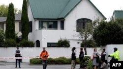 Polisi memblokade lokasi di depan Masjid al Noor setelah insiden penembakan maut di Christchurch, Selandia Baru Jumat (15/3).