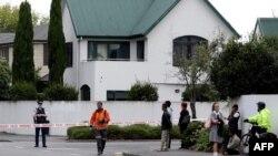 Поліція перед мечеттю Масжід Аль Нуур (Masjid al Noor) у місті Крістчарч у Новій Зеландії, де нападник вбив десятки осіб