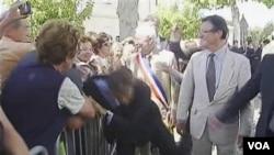 Pria penyerang menarik jas Presiden Sarkozy di bahu kanannya saat berkunjung ke kota Brax, Perancis (30/6).