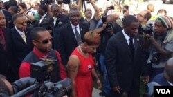 黑人青年邁克爾布朗的母親(中)於8月25日。
