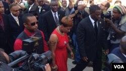 La madre de Michael Brown llega al funeral de su hijo en una iglesia bautista de Ferguson, Missouri. [Foto: Gesell Tobías, VOA].