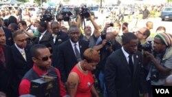 Michael Brown 'ın annesi cenaze törenine gelirken