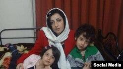 نرگس محمدی فعال مدنی و مدافع حقوق بشر ایران در کنار دو فرزندش - آرشیو