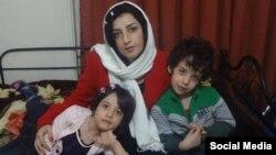 نرگس محمدی فعال مدنی در کنار دو فرزندش. او از هنگام زندانی شدن در سال ۹۴ فرزندانش را ندیده است.