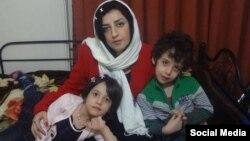 نرگس محمدی در کنار دو فرزندش که به دلیل اکنون با پدرشان زندگی میکنند.