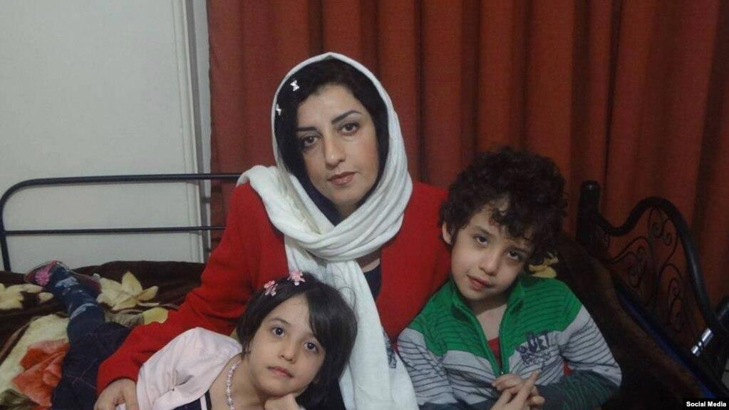 نرگس محمدی فعال مدنی و مدافع حقوق بشر ایرانی در کنار دو فرزندش