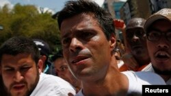 López asegura que el régimen no se cae ni claudica solo y pone como ejemplo Cuba.