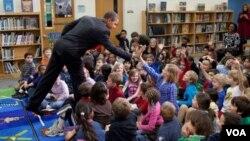 """El """"toque"""" del presidente Obama en su contacto con el público, en una escuela en Arlington Virginia, """"choca los cinco"""" con una niña llamada Malia, igual que su hija mayor."""