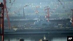 """中国第一艘航空母舰""""瓦良格号""""今年7月4日在大连港时"""