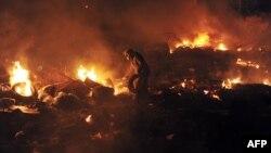 지난 2월 우크라이나 수도 키에프에서 벌어진 반정부 시위 현장에서 시위대가 쌓은 타이어 더미가 불에 타고 있다. (자료사진)