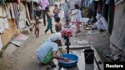 Perempuan yang mengatakan berasal dari komunitas Rohingya Myanmar, mencuci pakaian di sebuah kamp di New Delhi (foto: dok).
