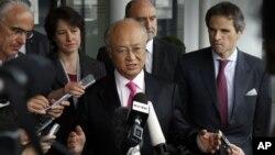 El director general del OIEA, Yukiya Amano, habla a la prensa en el aeropuerto de Viena después de visitar Irán.