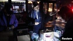 Un hombre vende linternas en Nueva York. Aún son miles los que no tienen fluido eléctrico.
