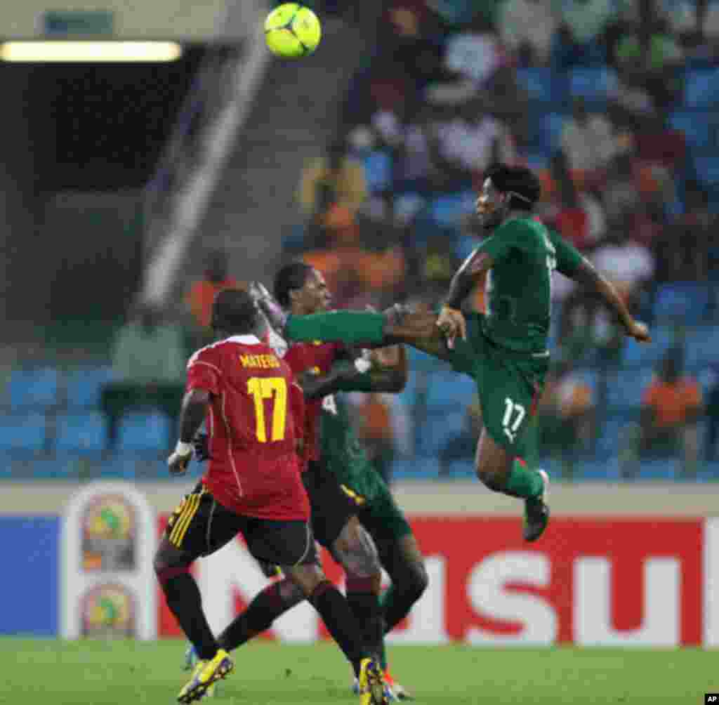 """Paul Kebe Koulibaly (R) of Burkina Faso fights for the ball with Mateus Galiano Da Costa of Angola during the African Nations Cup soccer tournament in Estadio de Malabo """"Malabo Stadium"""", in Malabo January 22, 2012."""