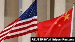 Zastave Sjedinjenih Država i Kinem arhivska fotografija