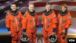 Para astronot pesawat ulang-alik Arlantis, dari kiri: Rex Walheim, pilot Doug Hurley, komandan misi Chris Ferguson, dan Sandy Magnus.