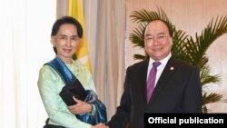 ဗီယက္နမ္၀န္ႀကီးခ်ဳပ္ Nguyen Xuan Phuc နဲႏိုင္ငံေတာ္င္ပင္ခံပုဂၢိဳလ္ ေဒၚေအာင္ဆန္းစုၾကည္တို႔ သီျခားေတြ႕ဆံုေဆြးေႏြးပဲြ (ဖိလစ္ပိုင္ အာဆီယံထိပ္သီးညီလာခံ၊ ဧၿပီ ၂၈ ၂၀၁၇)