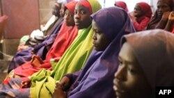 Des écolières nigérianes libérées après avoir été kidnappées dans leur école de Dapchi, lors d'une rencontre à la villa présidentielle d'Abuja, le 23 mars 2018.