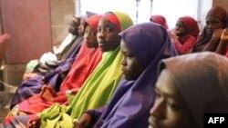 Des écolières nigérianes, ex-otages de Boko Haram, en visite au palais présidentiel d'Abuja, le 23 mars 2018. (AFP PHOTO / PHILIP OJISUA)