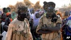 Wanajeshi wa Chad wakiwa na wakimbizi nchini Mali..