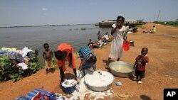 成千上万南苏丹人滞留在白尼罗州的河港城市库斯提,等待驳船将他们接回老家(资料照片))