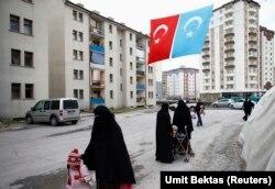 Perempuan pengungsi Uighur di kompleks berpagar di pusat kota Kayseri, Turki, 11 Februari 2015. (Foto: REUTERS/Umit Bektas)