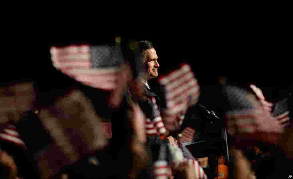 Respublikaçı prezidentliyə namizəd Mitt Romni Nyuport Nyuz şəhərinin beynəlxalq aeroportunda keçirilən kampaniya tədbirində çıxış edir. Nyuport Nyuz, Virciniya, 4 noyabr, 2012.