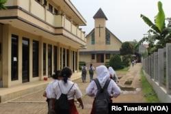 Puluhan siswa-siswi peserta tur berkunjung ke GKP Kampung Sawah, Selasa (30/4) siang. Mereka mengunjungi lima rumah ibadah dan mengenal ajaran agama yang berbeda dalam wisata toleransi. (Foto: VOA/Rio Tuasikal)