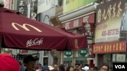 ປ້າຍຂອງຮ້ານອາຫານ McDonald's ແລະ KFC ໃນນະຄອນ ປັກກິ່ງ
