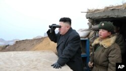 Pemimpin Korea Utara Kim Jong-un mengawasi perbatasan dengan Korea Selatan di Jangjae, bagian barat daya negara itu. (Foto: Dok)