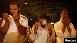 군부에의해 축출된 무하마드 무르시 대통령의 지지세력이 10일 이집트 카이로에 모여 금식운동 시작을 위한 기도를 하고있다.