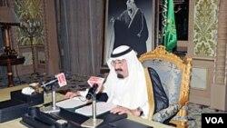 Raja Arab Saudi, Abdullah, menyampaikan pidato nasionalnya dari Istana Kerajaan di Riyadh, Jumat (18/3).