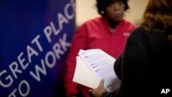 Seorang pencari kerja berbicara dengan pegawai SDM maskapai penerbangan Delta di sebuah pameran lowongan pekerjaan di Marietta, Georgia, AS. (Foto: Dok)