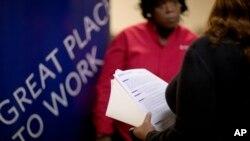 지난해 11월 미국 조지아주 마리에타에서 열린 취업박람회에서 구직 상담이 이뤄지고 있다. (자료사진)