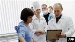 Bosh vazir Vladimir Putin Ryazanda egizak tuqqan onaga mukofot topshirmoqda