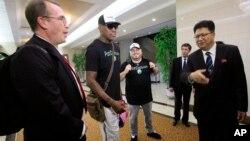 미국 프로농구 NBA 선수 출신인 데니스 로드먼(왼쪽 2번째)이 13일 평양 순안국제공항에 도착했다. 오른쪽은 환영나온 북한의 손광호 체육성 부상.