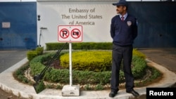 Seorang penjaga keamanan khusus sedang berjaga di luar Kedubes AS di New Delhi, 18 Desember 2013 (Foto: dok).
