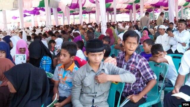 Warga Aceh Besar berkumpul di Pelabuhan Malahayati, lokasi yang terkena tsunami 2004, untuk memperingati sewindu gempa dan tsunami di Aceh. (VOA/Budi Nahaba)