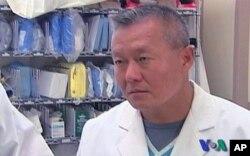 Ο νευροχειρουργός Πήτερ Ρή o οποίος παρακολουθεί τη Γκάμπι.