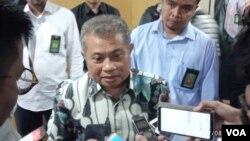 Juru bicara MA Andi Samsan Nganro dalam konferensi pers di kantornya, Jakarta, Senin (8/7). (Foto: VOA/Sasmito)