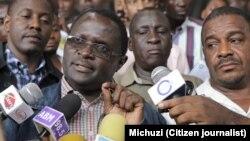 Absalom Kibanda akizungumza na waandishi.