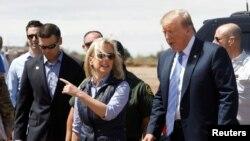 Kirstjen Nielsen et le président américain Donald Trump lors d'une visite d'une section du mur à la frontière avec le Mexique.